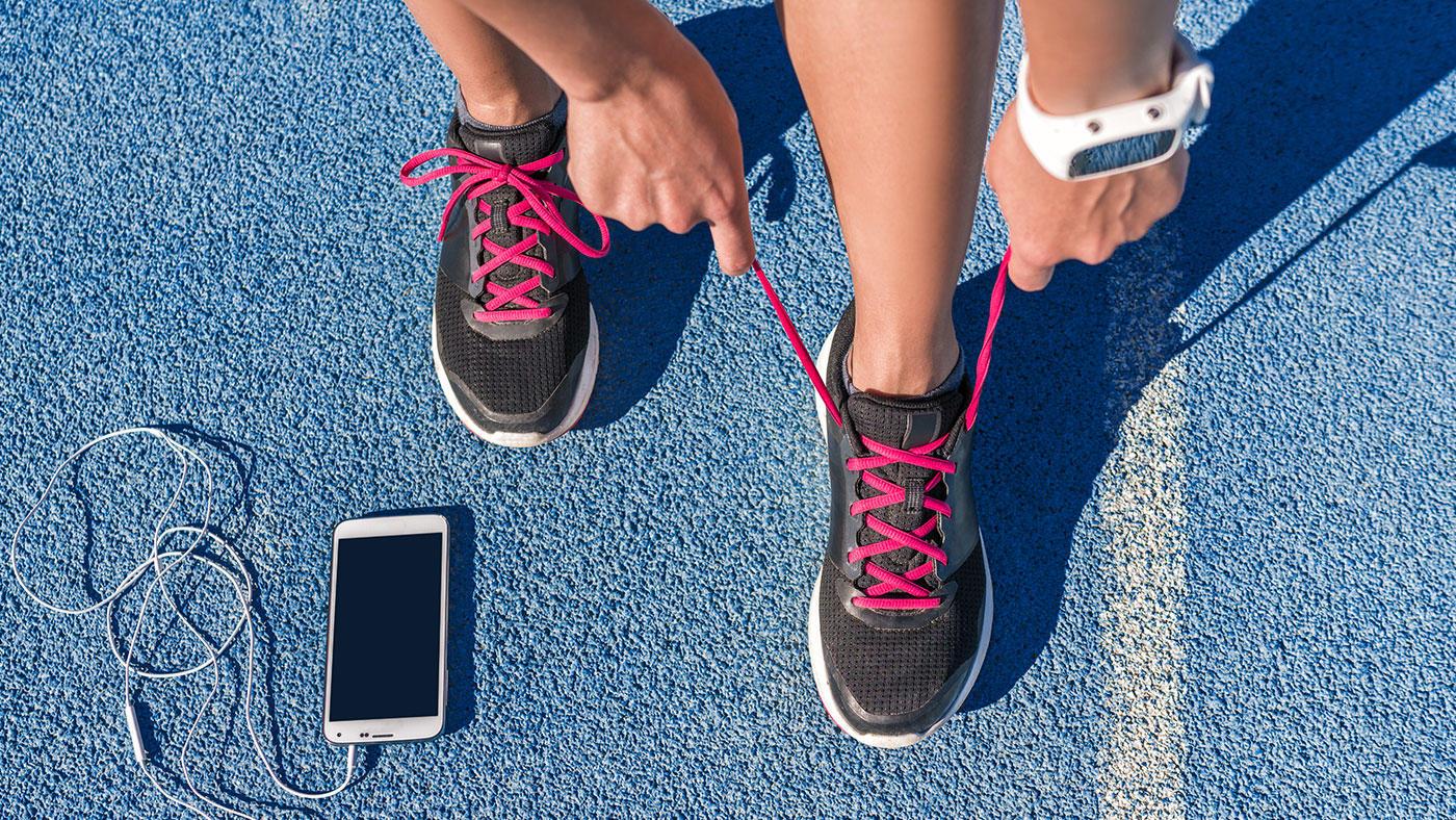 スマホ vs ウェアラブル機器、運動療法の身体活動量モニタリングに適しているのは?
